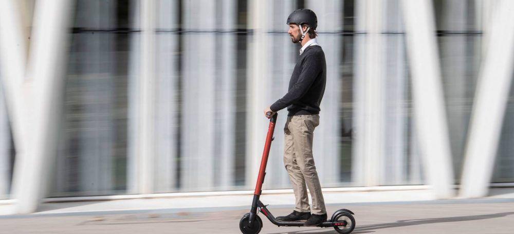Gadgets estúpidos, desayunar en patinete eléctrico